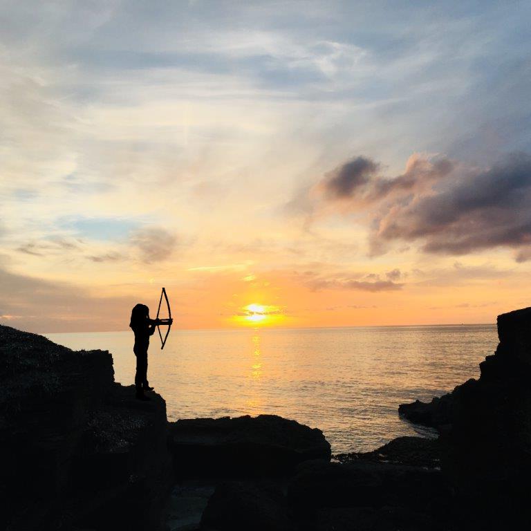 Bogenschützin bei Sonnenuntergang