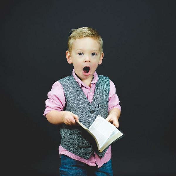 Junge mit Buch